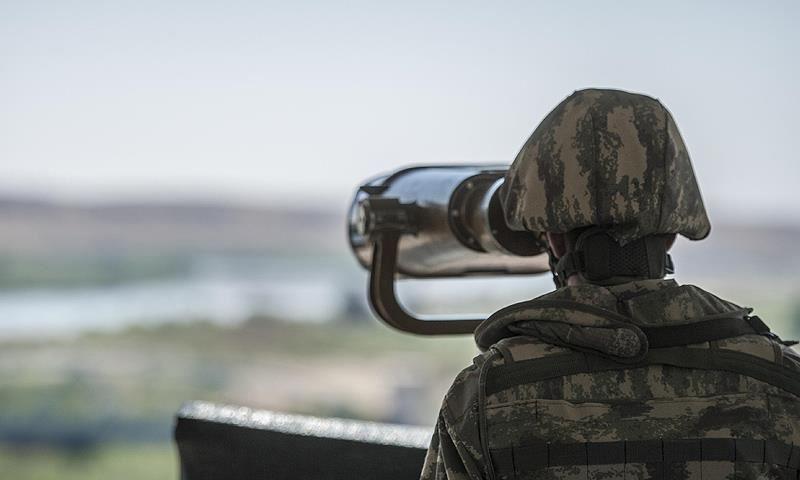 عنصر من الجيش التركي يستطلع مناطق على الحدود الشرقية - (الأناضول)