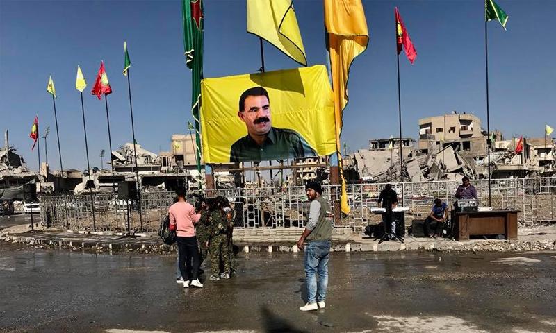 عناصر من وحدات حماية الشعب في محيط دوار النعيم في أثناء الإعلان عن هزيمة التنظيم في الرقة - (شورش خليل)