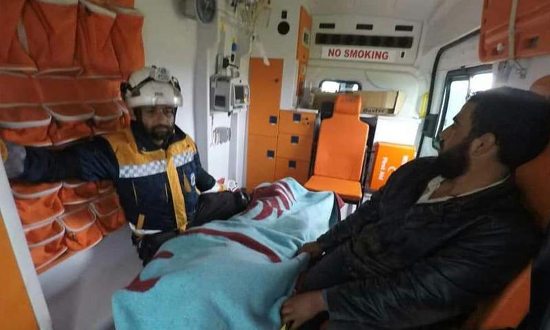 فرق من الدفاع المدني تخلي ضحايا قصف النظام على ريف إدلب - نيسان 2019 (الدفاع المدني)