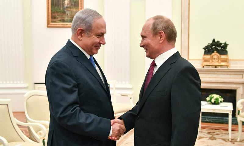رئيس الوزراء الإسرائيلي بنيامين نتنياهو (الى اليسار) والرئيس الروسي فلاديمير بوتين- 11 تموز 2018 (رويترز)