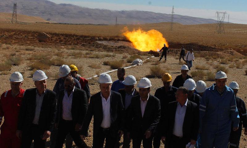 وزير النفط السوري علي غانم برفقة محافظ حمص طلال برازي أثناء زيارة لحقل نفطي بريف حمص الشرقي - تشرين الثاني 2018 (وزارة النفط والثروة المعدنية)