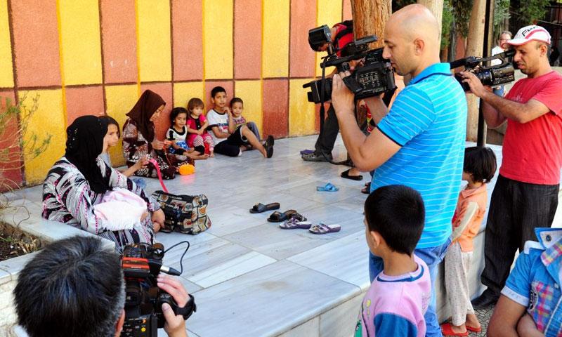 وسائل إعلام محلية تطلع على أوضاع العائلات المقيمة في مراكز الإقامة المؤقتة بدمشق - 2012 (سانا)