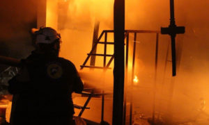 حرائق ودمار جراء غارات روسية استهدفت بلدة أوزم الجور جنوبي إدلب 14 نيسان 2019 (الدفاع المدني السوري)