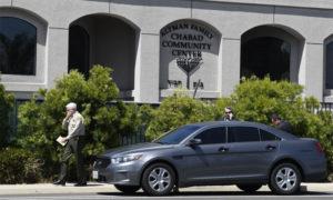 شريف مقاطعة سان دييغو ويليام غوري يسير قرب كنيس تعرض لإطلاق النار - 27 نيسان 2019 (AP)