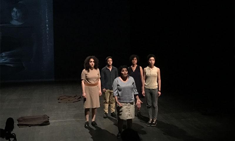 """مشهد من مسرحية """"X-Adra"""" في آنسي - 27 تشرين الثاني 2018 (صور رويدة كنعان)"""