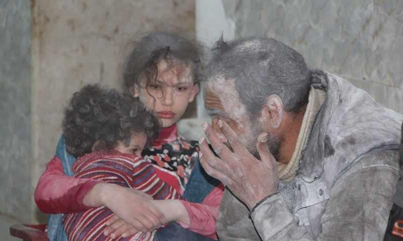 مصابون جراء قصف صاروخي طال منازلهم بمدينة كفرزيتا شمالي حماة 1 نيسان 2019 (الدفاع المدني السوري)