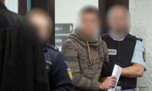 سوري متهم بجرائم حرب في قاعة المحكمة العليا الإقليمية شتوتغارت في ألمانيا نيسان 2019 (t-online.de)