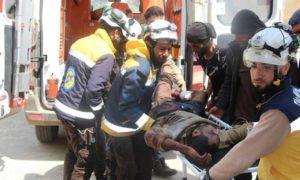 عناصر الدفاع المدني أثناء اسعاف مدنيين أصيبوا بقصف مدفعي على قرية الشريعة غربي حماة 6 نيسان 2019 (الدفاع المدني السوري)