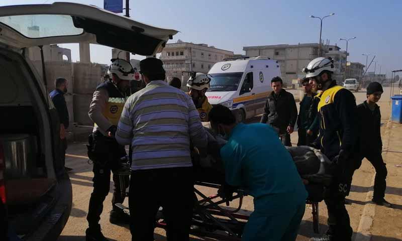 عناصر الدفاع المدني أثناء اسعاف مدنيين تعرضوا لقصف صاروخي في مدينة سراقب شرقي إدلب 7 نيسان 2019 (الدفاع المدني)