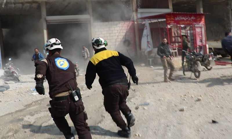 عناصر الدفاع المدني أثناء أسعاف المدنيين بعد تعرض مدينة خان شيخون جنوبي إدلب قصف صاروخي من قوات الأسد 3 نيسان 2019 (الدفاع المدني السوري)