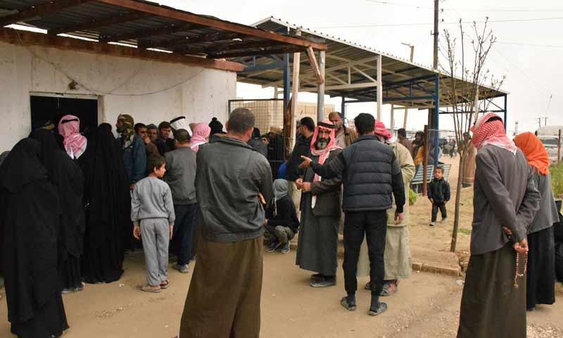 لاجئون عراقيون يسجلون اسماءهم في مخيم الهول شرقي سوريا من أجل العودة إلى بلادهم 4 نيسان 2019 (وكالة هاوار)