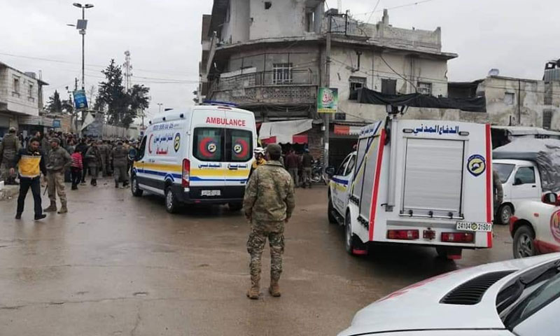 سيارات إسعاف وشرطة في مكان تعرض لتفجير دراجة نارية في مدينة الباب شرقي حلب 21 من نيسان 2019 (صوت أهل الباب)
