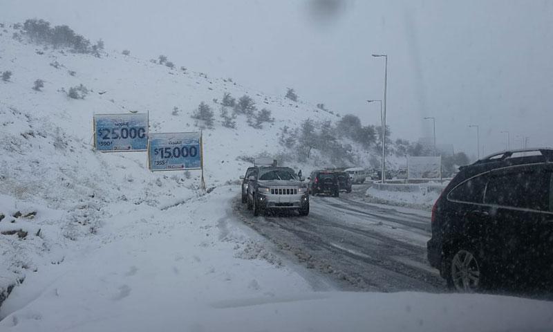 الطريق الدولي بين دمشق وبيروت عند نقطة ضهر البيدر أثناء تساقط الثلوج 21 نيسان 2019 (Lebanese internal security forces)