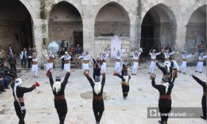 فرق شعبية تحيي يوم التراث العالمي بمتحف معرة النعمان جنوبي إدلب 18 نيسان 2019 (عنب بلدي)
