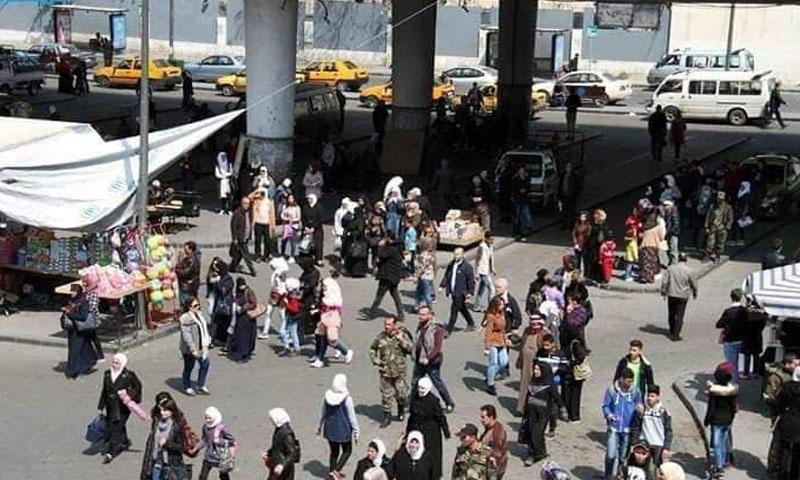 مواطنين ينتظروف حافلات الموصلات في منطقة جسر الرئيس في دمق 21 نيسان 2019 (الاعلامي فراس مولا)