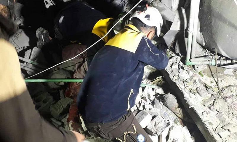 إنقاذ مدنيين عالقين تحت ركام منازلهم التي تعرضت لقصف من الطيران الروسي في قلعة المضيق غربي حماة 28 نيسان 2019 (الدفاع المدني السوري)