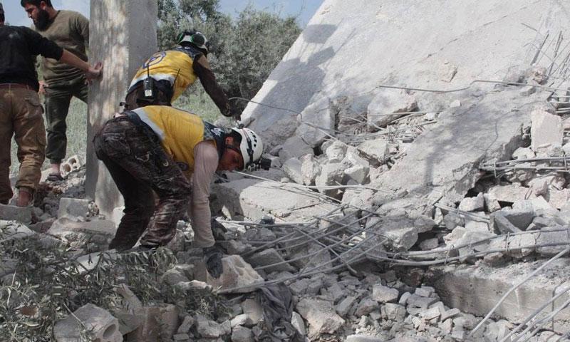 دمار منزل في كفرنبل جنوبي إدلب بعد تعرضه لقنابل عنقودية من الطيران الروسي في 27 نيسان 2019 (الدفاع المدني السوري)