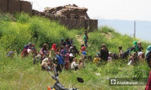 نزوح مدنيين إلى محيط نقطة المراقبة التركية بشير مغار غربي حماة هربًا من القصف 29 نيسان 2019 (عنب بلدي)
