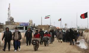 أفغانيون عائدون من إيران في المنطقة الحدودية في محافظة هيرات - 20 شباط 2019 (AP)