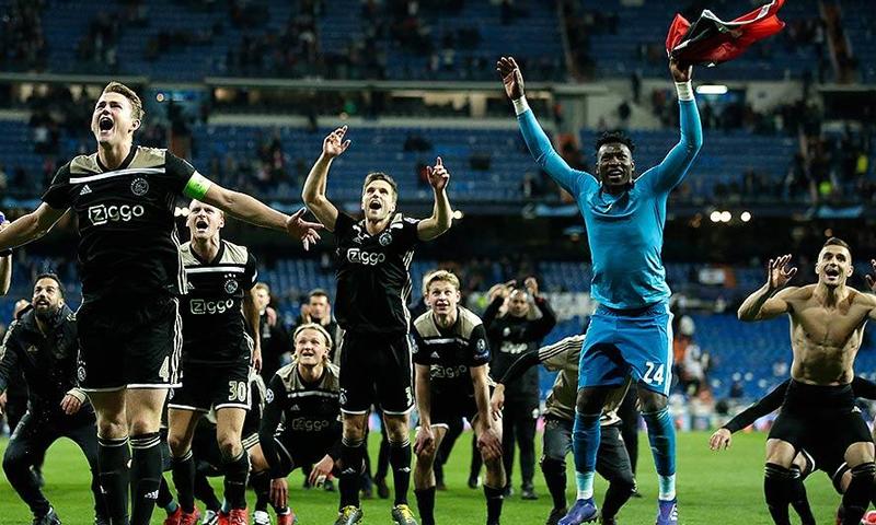 نادي أياكس أمستردام خلال احتفالاته بعد تأهله إلى نصف نهائي دوري أبطال أوروبا من بوابة يوفنتوس الإيطالي (AP)