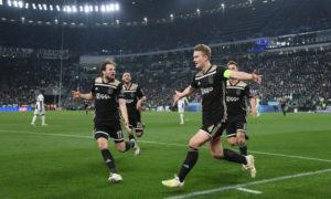 لاعبو أياكس أمستردام يحتفلون بتسجيلهم هدف الفوز في شباك نادي يوفنتوس الإيطالي (رويترز)