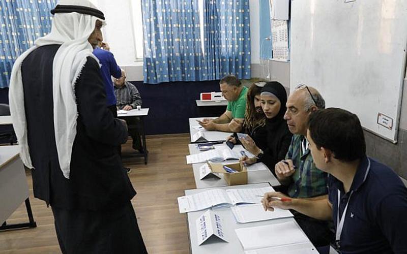 فلسطيني يقوم بالتصويت في الإنتخابات الإسرائيلية 9 نيسان 2019 (فرانس برس)