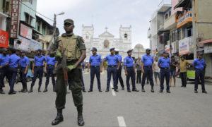 القوات السيريلانكية تحيط بكنيسة القديس آنثوني في كولومبو - 21 نيسان 2019 (AP)