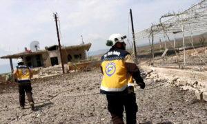 فرق الدفاع المدني تخلي ضحايا القصف الروسي على تل هواش في ريف حماة - 26 من نيسان 2019 (عنب بلدي)