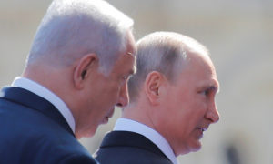 الرئيس الروسي فلاديمير بوتين ورئيس الوزراء الإسرائيلي بنيامين نتنياهو يصلان إلى موكب يوم النصر - نيسان 2018 (رويترز)