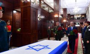 نتنياهو ورئيس الأركان الروسي غرزيموف في حفل أقيم بوزارة الدفاع بعد استعادة تل أبيب لجثة جندي إسرائيلي - 4 من نيسان 2019 (معاريف)