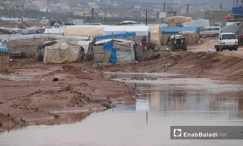 سيول ناجمة عن الأمطار الغزيرة تغرق مخيمات النازحين في شمالي إدلب 31 من آذار 2019 (عنب بلدي)
