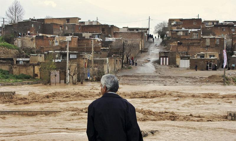 رجل يراقب السيل في محافظة لورستان في إيران - 1 نيسان 2019 (AP)