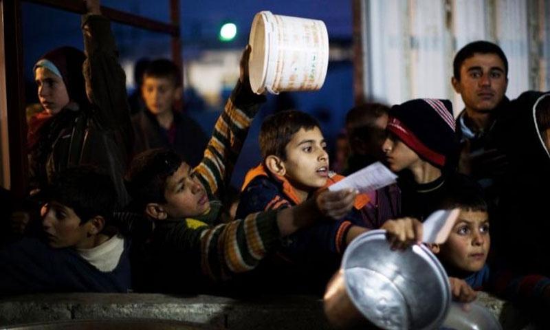 أطفال ينتظرون الحصول على الطعام في مخيم في اعزاز - كانون الأول 2012 (AP)
