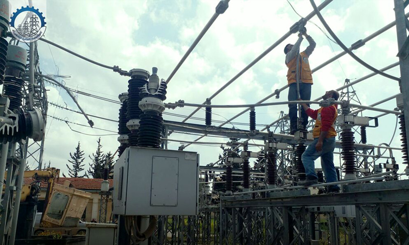 عمال من المؤسسة العامة للكهرباء في أثناء صيانة محطات التحويل في إدلب- نيسان 2019 (المؤسسة العامة للكهرباء)