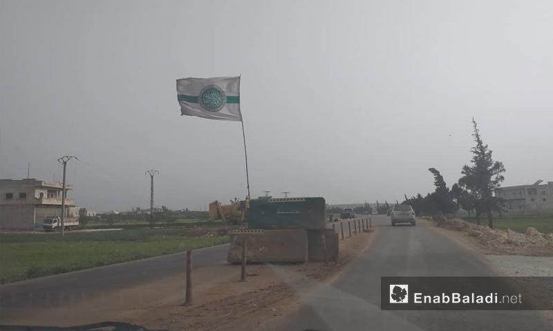 حاجز يتبع لهيئة تحرير الشام على طريق مدينة سرمدا في الريف الشمالي لإدلب - نيسان 2019 (عنب بلدي)