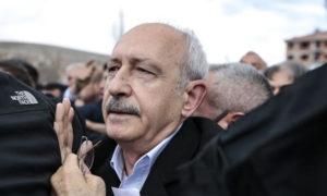 زعيم حزب الشعب الجمهوري في تركيا كمال كليشتار أوغلو في أثناء تعرضه للضرب - 21 نيسان 2019 (الأناضول)