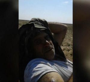 أحد عناصر قوات الأسد يظهر في فيديو بعد أن تم أٍره على يد تنظيم الدولة الإسلامية في بادية حمص 7 نيسان 2019 (أعماق)