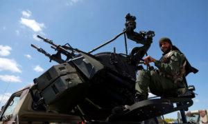 أحد أفراد الجيش الوطني الليبي في بنغازي - 7 نيسان 2019 (رويترز)