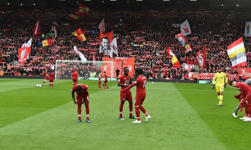 لاعبو نادي ليفربول يحتفلون بفوزهم على نادي تشيلسي الإنجليزي (ليفربول تويتر)