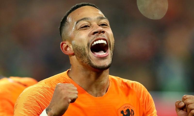 ممفيس ديباي يحتفل بهدفه مع المنتخب الهولندي 8 نيسان 2019 (صحيفة اس)