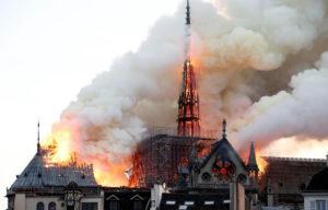 كاتدرائية نوتردام وهي تحترق 15 نيسان 2019 (رويترز)