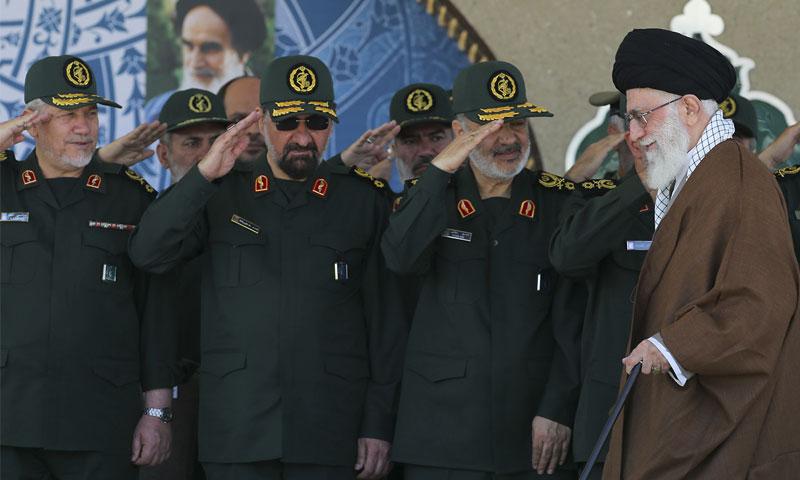 """المرشد الأعلى الإيراني علي خامنئي أمام قادة من """"الحرس الثوري"""" (AP)"""