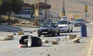 شارع مغلق امام المارة في منطقة البقاع من قبل محتجين- 21 من حزيران 2013 (رويترز)