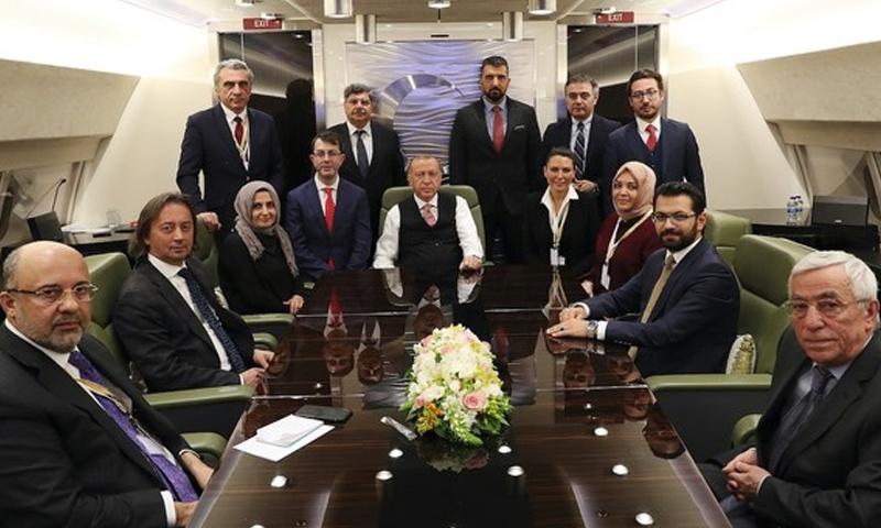 الرئيس التركي رجب طيب أردوغان مع صحفيين أتراك عقب عودته من موسكو الروسية - (ديلي صباح)