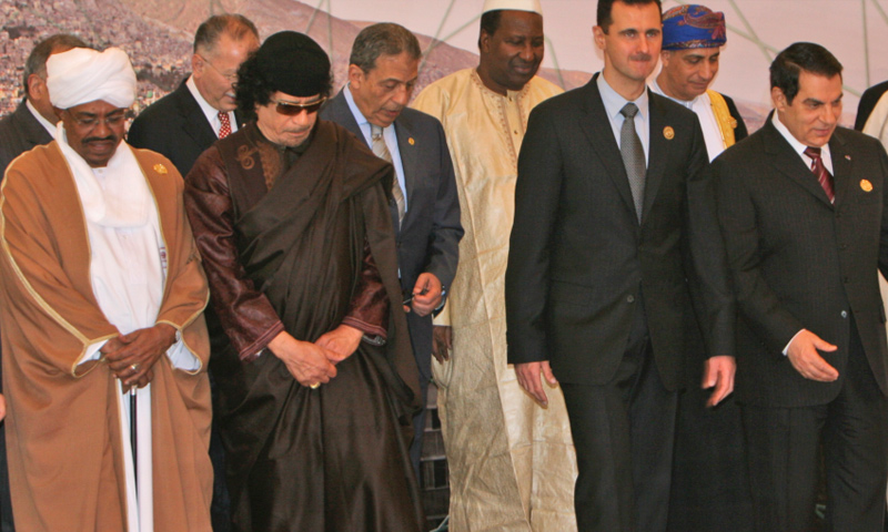 الأسد إلى جانب القذاقي وعمر البشير وزين العابدين بن علي خلال الجلسة الافتتاحية للاجتماع القمة العربية في دمشق - 2008 (ap)