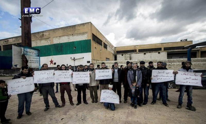 وقفة احتجاجية لموظفي مؤسسة الحبوب في إدلب ضد حكومتي الإنقاذ والمؤقتة - 2 من نيسان 2019 (مركز إدلب الإعلامي)