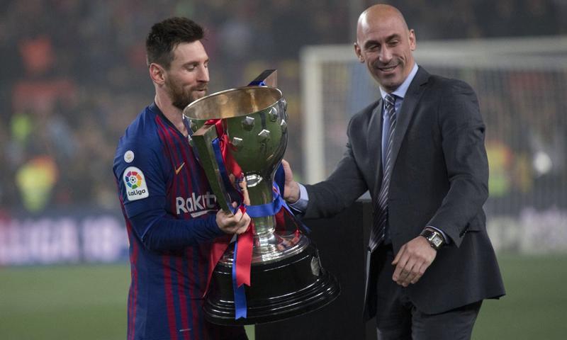 رئيس الاتحاد الإسباني لكرة القدم لويس روبياليس يسلم قائد نادي برشلونة ليونيل ميسي كأس الدوري الإسباني- (REEF)