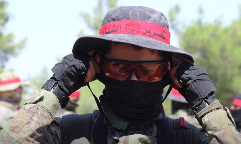 مقاتل من قوات العصائب الحمراء التابعة لتحرير الشام في إدلب - (وكالة إباء)