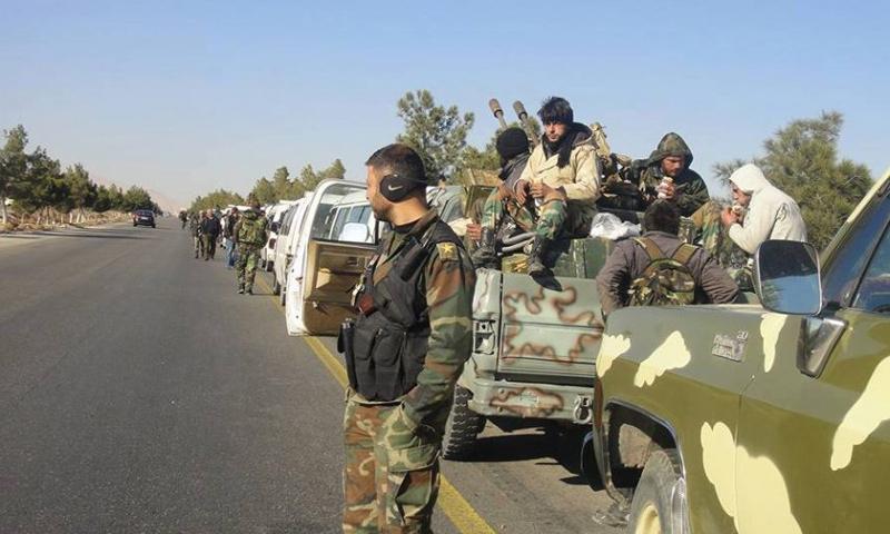 عناصر من قوات الأسد على طريق في بادية حمص - 2018 (سبوتنيك)