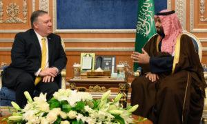 ولي العهد الأمير محمد بن سلمان مع وزير الخارجية مايك بومبو في في البلاط الملكي في الرياض - كانون الثاني 2019 (Pool photo by Andrew Cabellero-Reynolds)